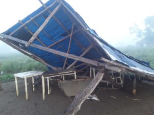 Restos derrumbe de escuela comunitaria